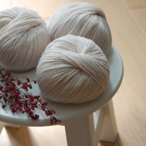Pelotes de laine blanche de qualité. Du fil à retordre - made in france