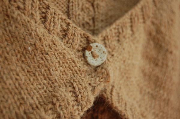 Bouton en céramique sur tricot. Du Fil à Retordre. Made in France